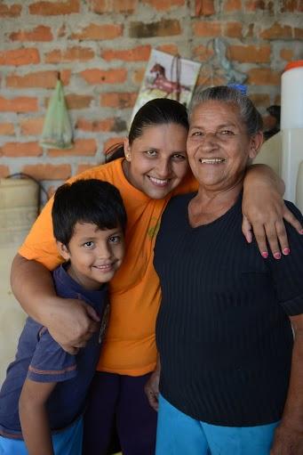 Judit con su madre y su hijo en su casa (Alex Zapico)