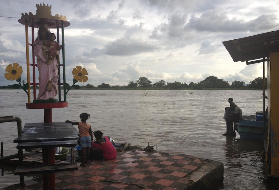 Vista del río Atrato desde Riosucio, una de las poblaciones chocoanas más castigadas por el paramilitarismo, las FARC y los enfrentamientos entre ambos (P.S.)