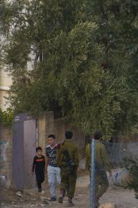 Niños palestinos se cruzan con jóvenes soldados israelíes en H2 (A. Z. )