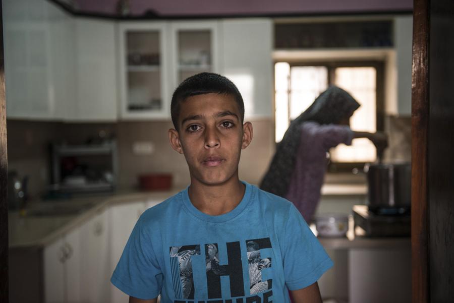Omran Mansour ha sido detenido tres veces a sus doce años. Durante los interrogatorios, que podían durar hasta ocho horas, le chantajeaban con comida y chocolate para que acusara de tirar piedras a sus amigos. Sus padres, desempleados, han tenido que cambiar de vivienda para alejarse de las calles donde el Ejército suele emplear gases lacrimógenos contra los niños que tiran piedras (Alex Zapico)